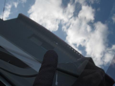 フロントガラス端から10cm以内の危険な飛び石傷を直します!