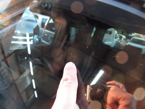フロントガラスのヒビ割れ傷、修理すれば綺麗に直ります!