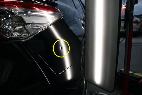 車のヘコミは押し出すだけではなく、表も叩いて直します!