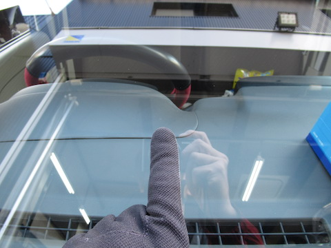 フロントガラスのヒビ割れを仕事の合間で直ります!