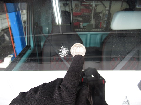 ガラス交換待ってください!500円玉を超える飛び石修理は可能です!