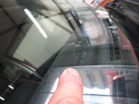 フロントガラス交換と言われたお客様、費用をおさえた修理で解決!