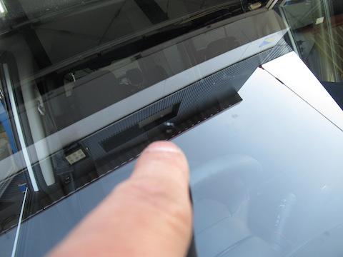 フロントガラスに小さな黒い線、ヒビ割れなら早急な修理が必要!