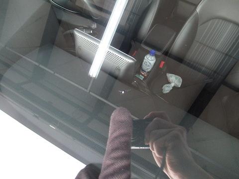 フロントガラスのヒビ割れ、応急処置はテープで!
