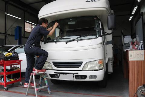 キャンピングカーのフロントガラスヒビ割れ修理も45分〜!