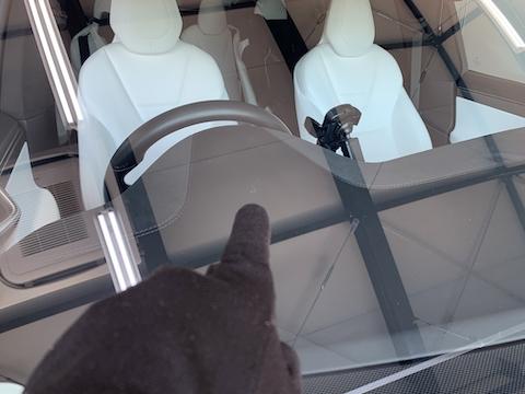 テスラのフロントガラスもひび割れ修理が可能です!