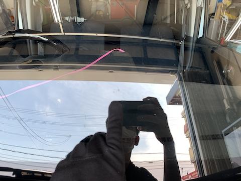 フロントガラスのひび割れの広がりを防止する修理があります!