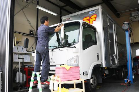 トラックのフロントガラスひび割れを45分の修理で解決!