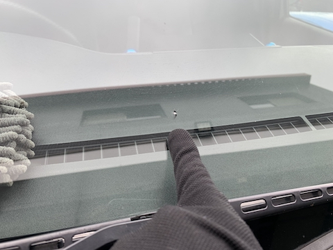ハイエースのフロントガラス修理、休憩中に修理が可能!