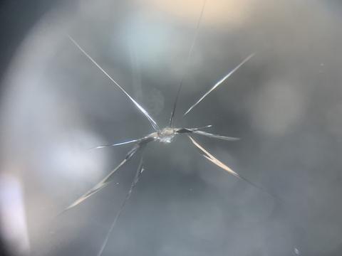 連休中の車移動でフロントガラスひび割れ、即時修理できます!