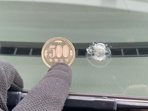 フロントガラスに大きなひび割れ500円玉超えても修理可能!