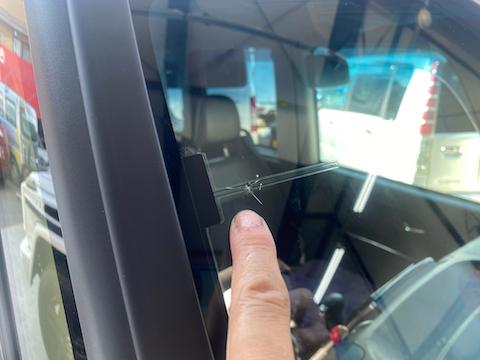 フロントガラス端のひび割れ傷、交換しないで修理できます!