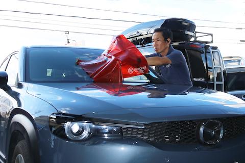 新型のお車は純正ガラスだけで費用も高額!修理が一番!