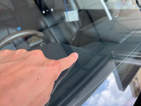 フロントガラスが飛び石で欠けた!目立った傷を補修で修理