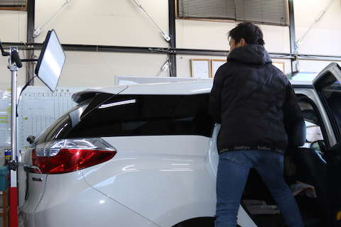 車の屋根のヘコミも塗装しないデントリペアで修理!
