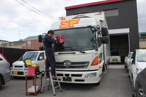 トラック フロントガラス 修理