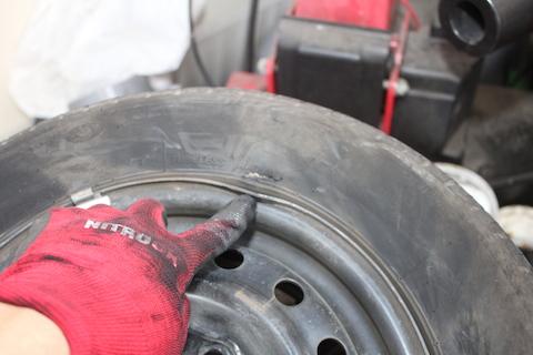 タイヤ パンク 縁石 ホイール交換