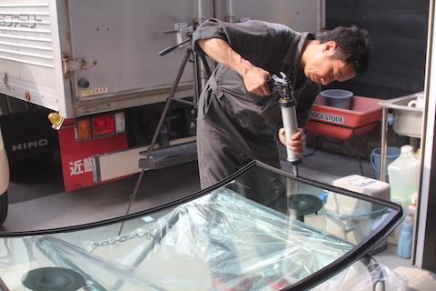 ソリオ フロントガラス 飛び石 修理 交換