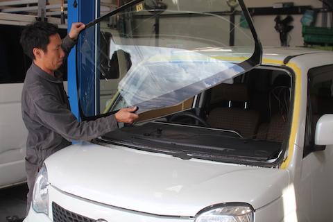 モコ フロントガラス 飛び石 修理 ガラス交換
