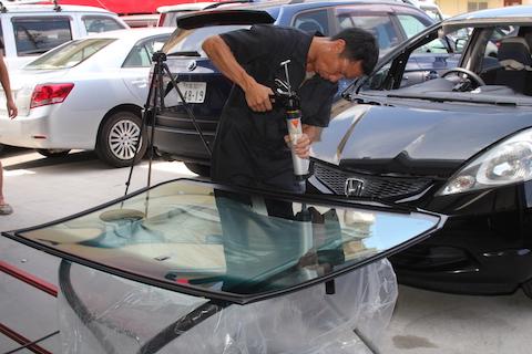 フィット フロントガラス 飛び石 修理 交換