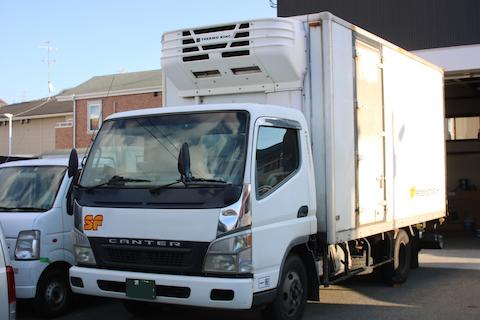 トラックのフロントガラス交換、大阪で最安値に挑戦中!v