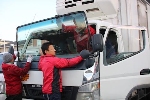 トラックのフロントガラス交換、大阪で最安値に挑戦中!