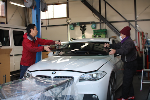 飛び石被害でフロントガラス交換、BMWや外車もお任せ下さい!