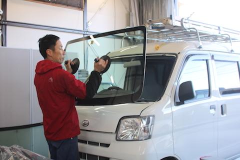 フロントガラス交換、純正より輸入の優良ガラスでお得に!