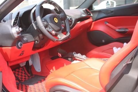 フェラーリ488スパイダーをリアルカーボンブラックでカーラッピング!