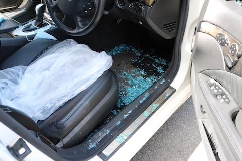 ガラス割られて車上荒し!ガラス交換と飛散したガラス掃除は、大阪のデントスマイル !