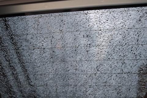 関西で車のリアガラス割れ・修理お任せください!