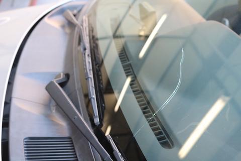 大阪のデントスマイルはお得な方法でフロントガラス交換!