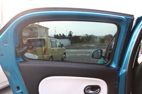 車のガラスにフィルムを貼って、UVカットと断熱効果!