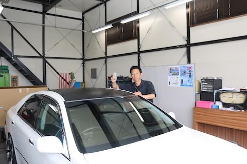車のルーフにカーラッピング。カーボンシートの貼り方を紹介!