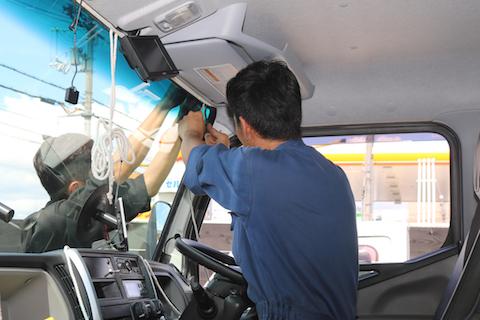 トラックのフロントガラス交換、お任せください。