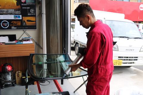 大阪でお安くフロントガラス交換するならお任せください!