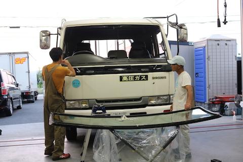 4tトラックのフロントガラス交換もお任せください!