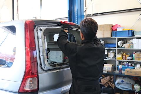 車のリアガラスが割れた時の応急処置・交換・修理費は?