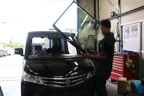 車のガラス交換、怖くて運転できないならレッカーで受け入れします!