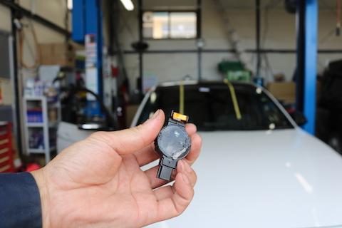 BMWのフロントガラス交換、 純正同等のOEMと部品の再利用で負担は最小限