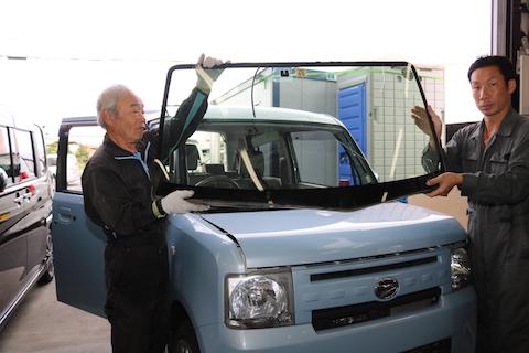 フロントガラス6万円が2万円とお安くご提供!デントスマイルがオススメする交換方法!