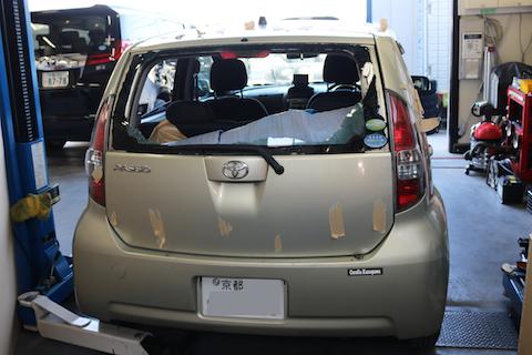 車のガラス破損、触ると危険です。交換から清掃までお任せ下さい。