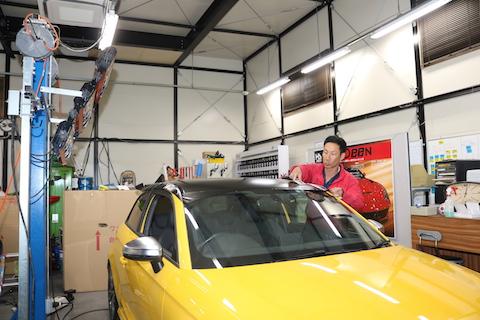 車のルーフを短時間で色変えし、愛車が生まれ変わるカーラッピング!