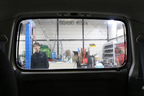 ミラータイプのカーフィルム施工で、ドレスアップにプライバシーと断熱効果!