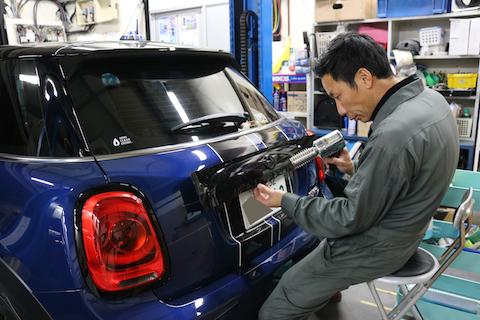 BMW ミニのグリルメッキをブラックアウト!細かい部分のカーラッピングも可能です!