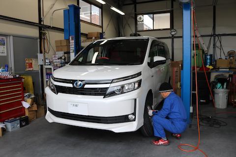 車のタイヤがパンク、修理できるかの判断が命を守ります!