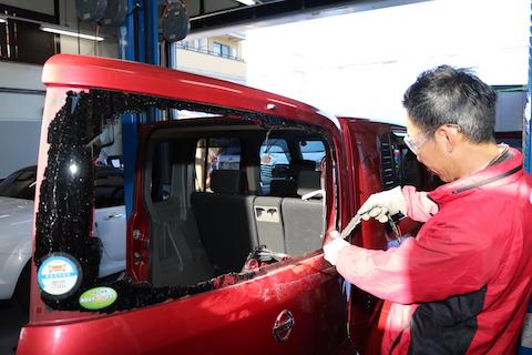 車のリアガラス破損!掃除から交換まで自社施工で費用を最小限!