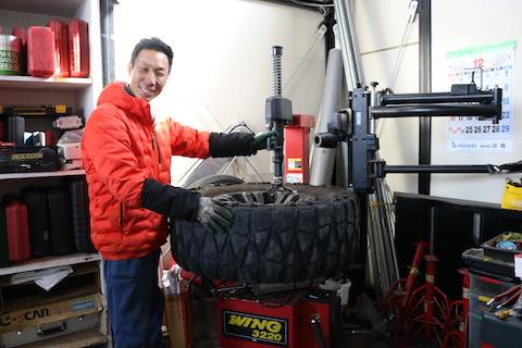 大きなタイヤでも、大きな穴でも、車のパンク修理が可能です!