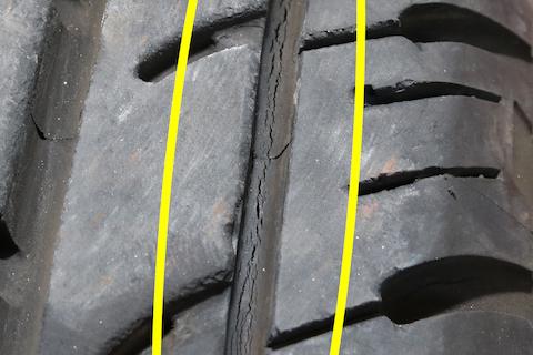 溝があってもヒビ割れのタイヤは危険!交換をオススメします!