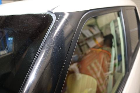 カーラッピングで化粧ステッカーのヒビ割れを補修!